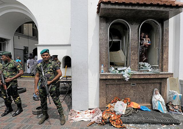 Militares esrilanqueses hacen guardia ante la iglesia de de San Antonio de Kochchikade, en Colombo