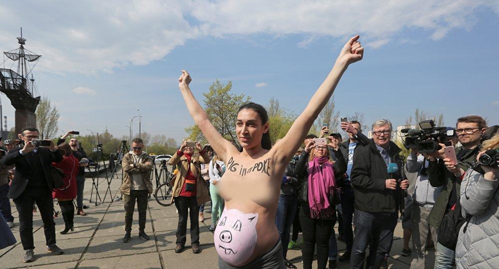 Una activista de Femen durante la segunda vuelta de las elecciones presidenciales en Ucrania