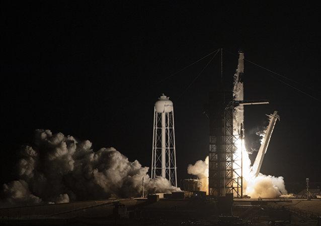 El lanzamiento del cohete Falcon 9 con Crew Dragon a bordo