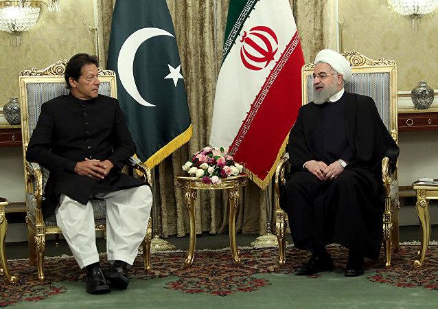 El primer ministro de Pakistán, Imran Khan, y el presidente de Irán, Hasan Rohaní