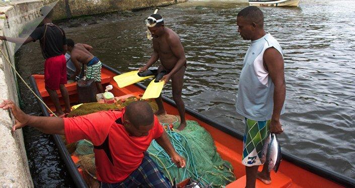 Pescadores en el puerto