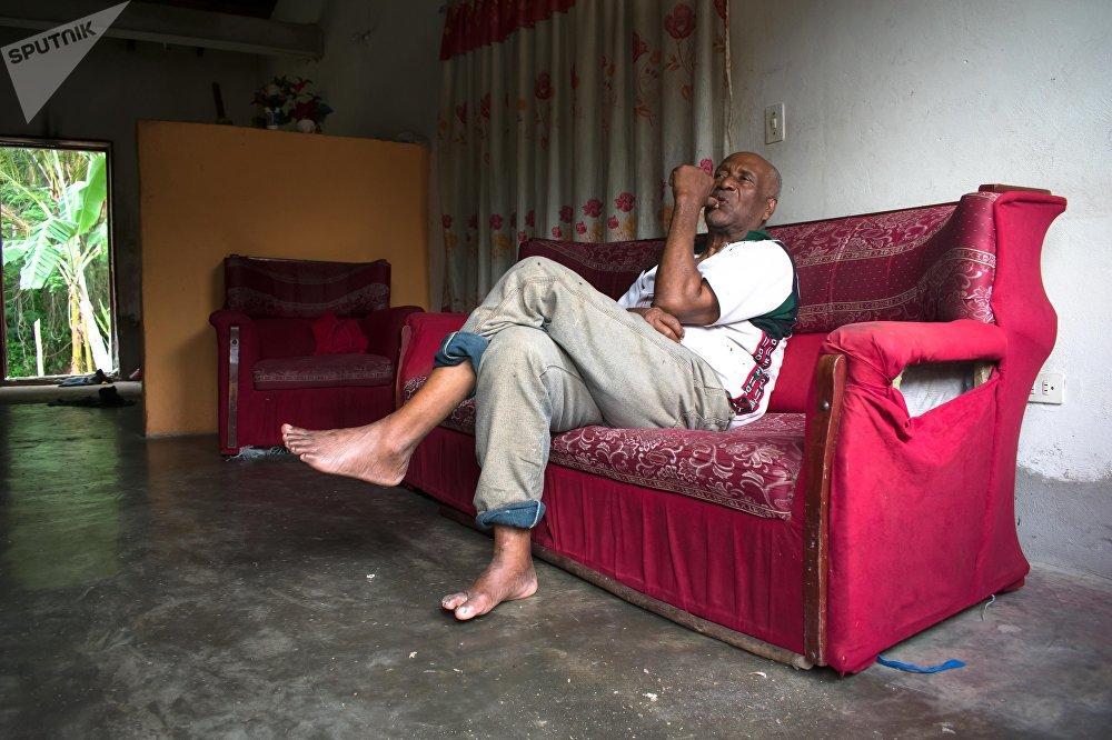 Consolación Escobar de 71 años, cambia los pescados que le regala su sobrino por otros artículos, principalmente alimentos