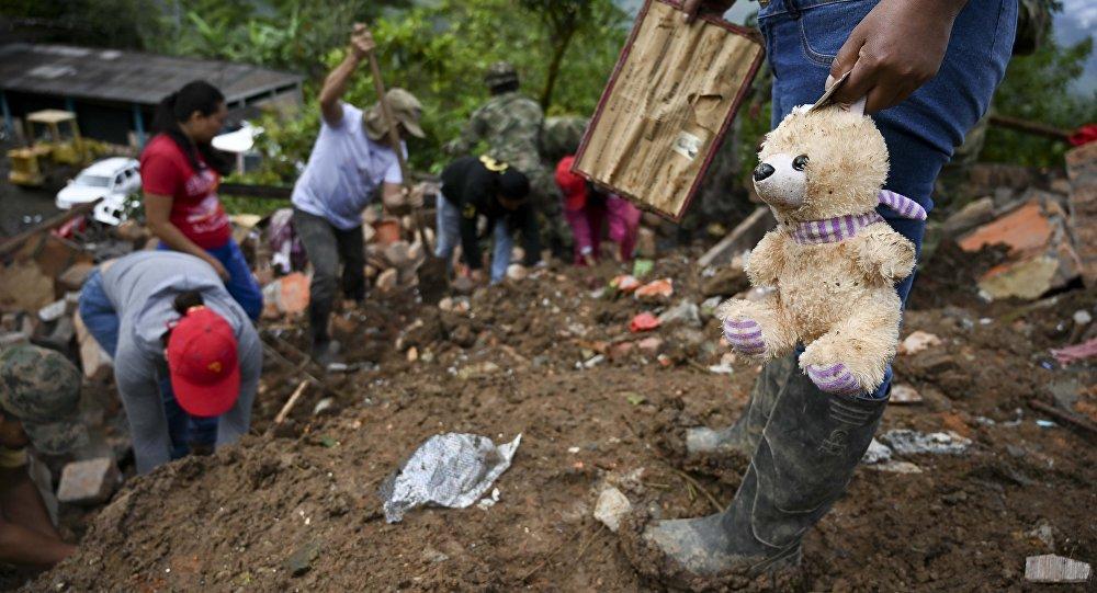 Equipo de rescate tras el deslizamiento de tierra en Cauca, Colombia