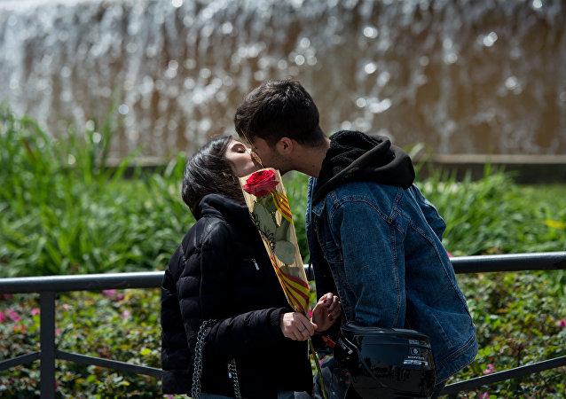 Entre rosas y libros: los enamorados catalanes celebran el Sant Jordi