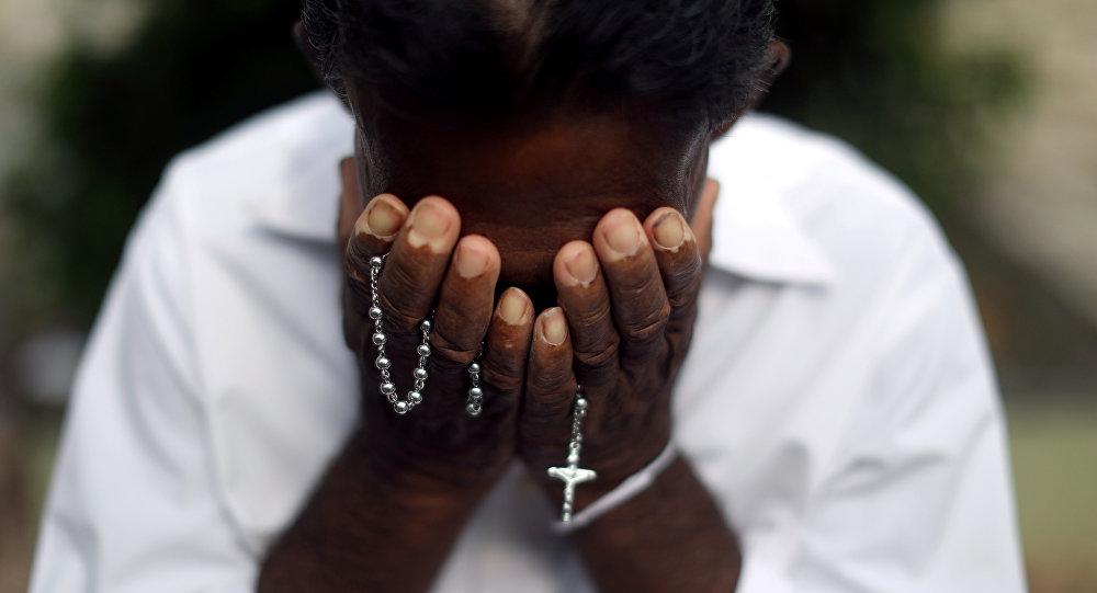 Un hombre se lamenta frente a la tumba de una víctima de los ataques en Sri Lanka