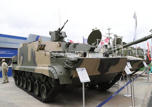 Un vehículo ruso blindado de transporte BT-3F (archivo)