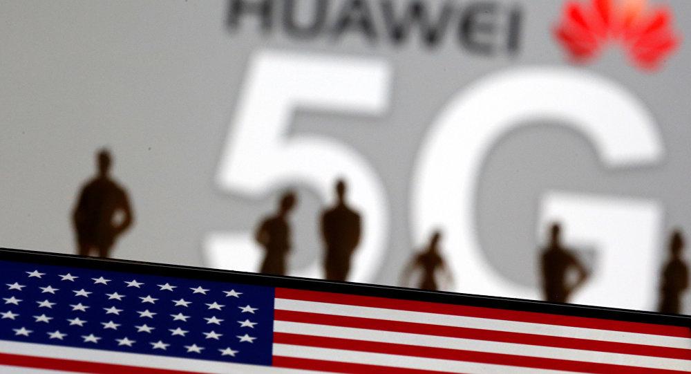 Bandera de EEUU con el fondo del logo de Huawei y la tecnología 5G (ilustración)