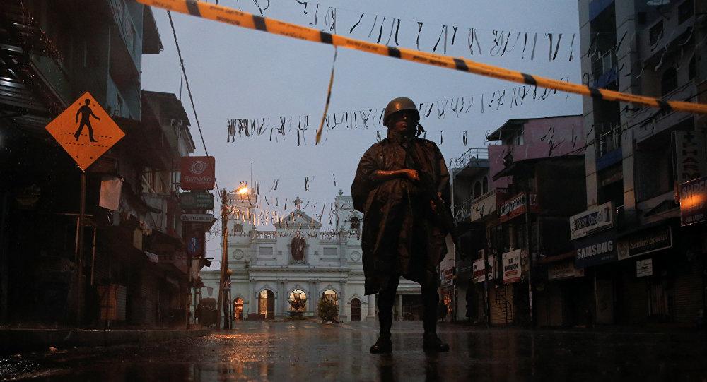 Un militar en el lugar del atentado en Sri Lanka