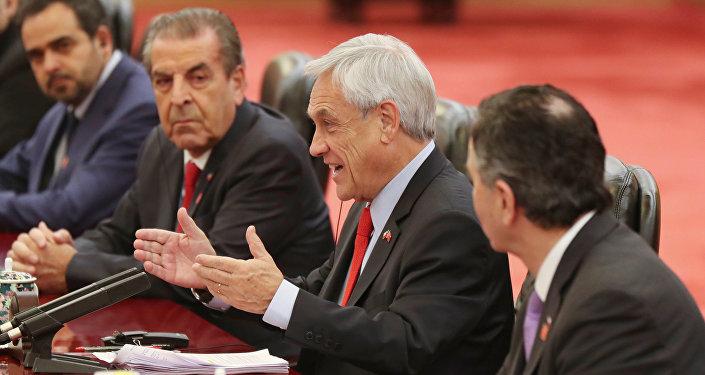 Sebastián Piñera, presidente de Chile junto a la delegación chilena en China