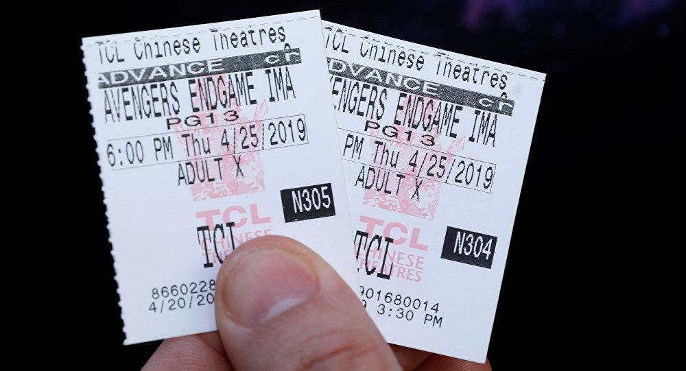 Un fan de los vengadores muestra los boletos para asistir al estreno de la película Vengadores: Endgame en Los Angeles (EEUU)