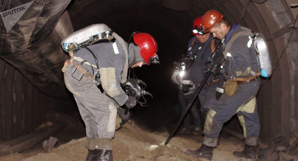 Rescatistas en la mina Sjidkarbón en la región de Lugansk