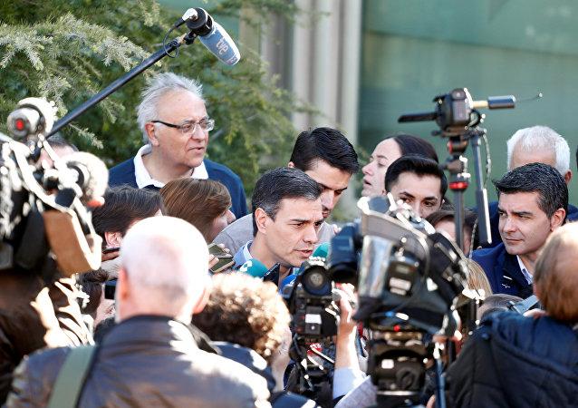 Pedro Sánchez, candidato del PSOE al Gobierno de Espana, habla a los periodistas tras votar