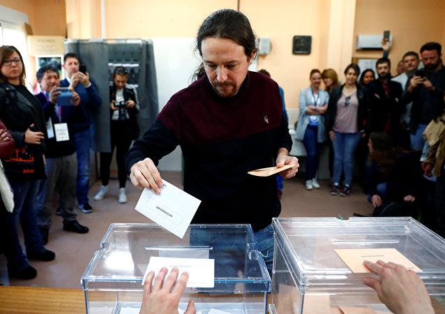 Pablo Iglesias, candidato de Podemos, deposita su voto