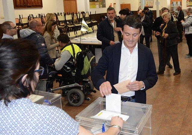 El ex primer ministro francés, Manuel Valls, aspirante a la alcaldía de Barcelona, vota por primera vez en España