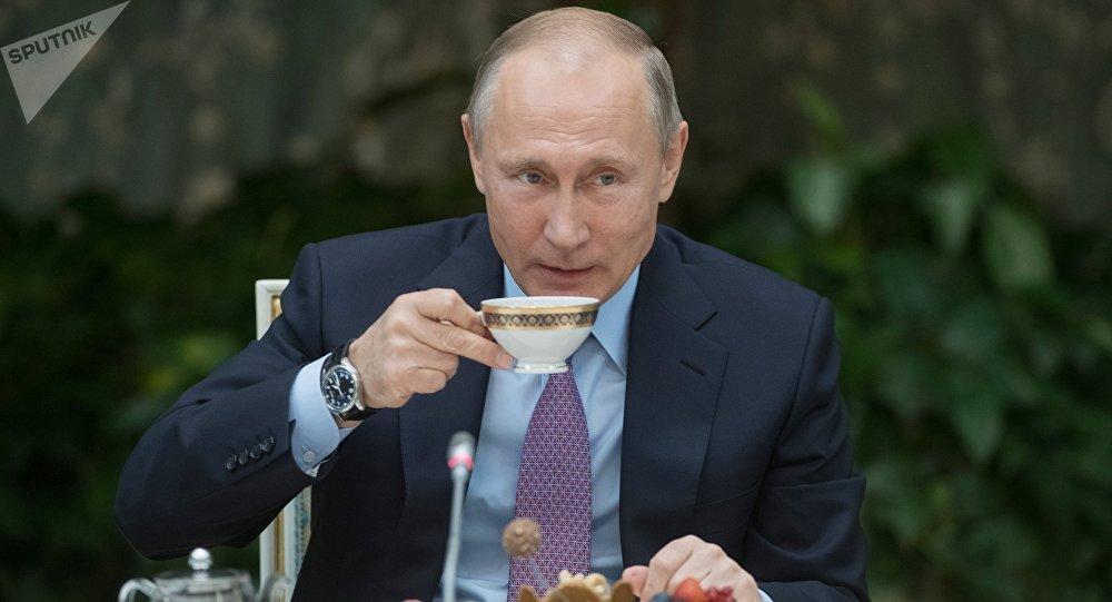 Vladímir Putin, presidente de Rusia, con una taza de té
