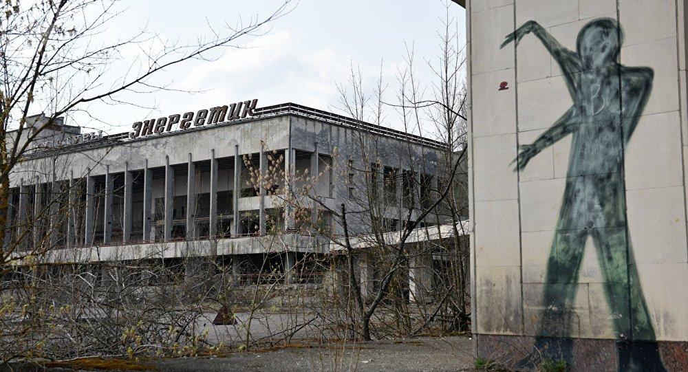 Un edificio y un graffiti en la zona de exclusión de Chernóbil (archivo)