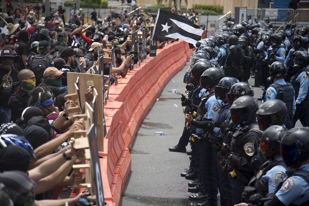 En Puerto Rico, los manifestantes salieron a protestar contra la llamada Junta Federal de Control Fiscal, asignada por el Congreso de EEUU para supervisar la reestructuración de la deuda del Gobierno local