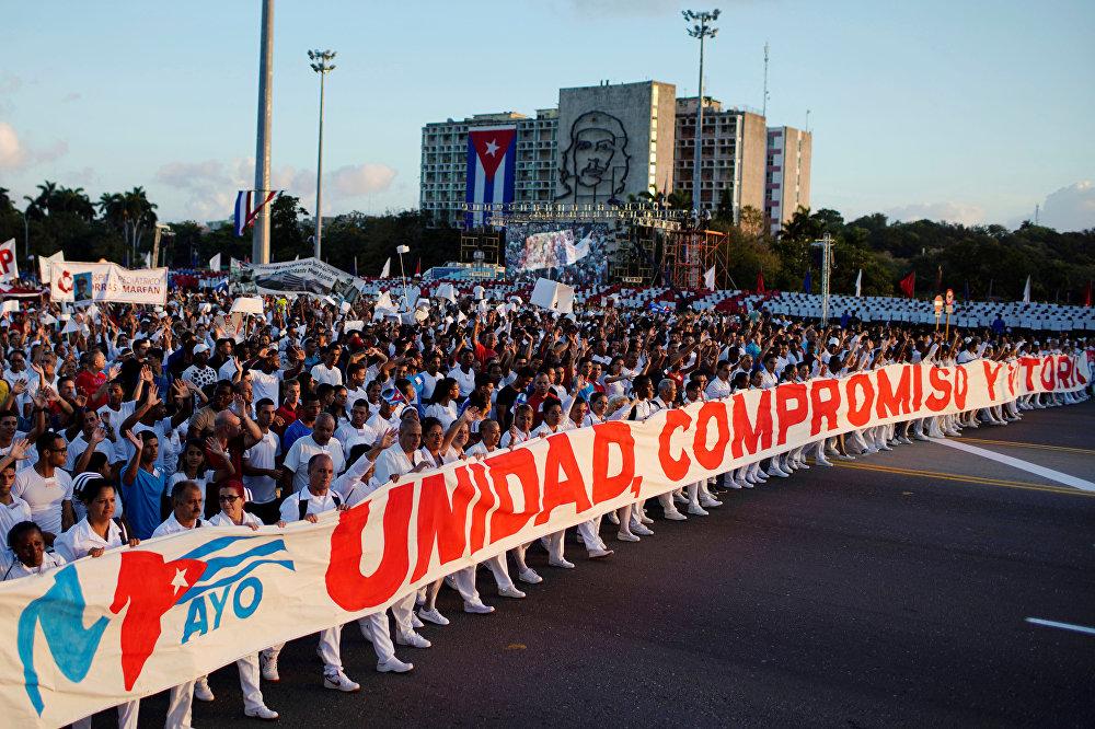Miles de trabajadores habaneros marchan por la emblemática Plaza de la Revolución de la capital cubana