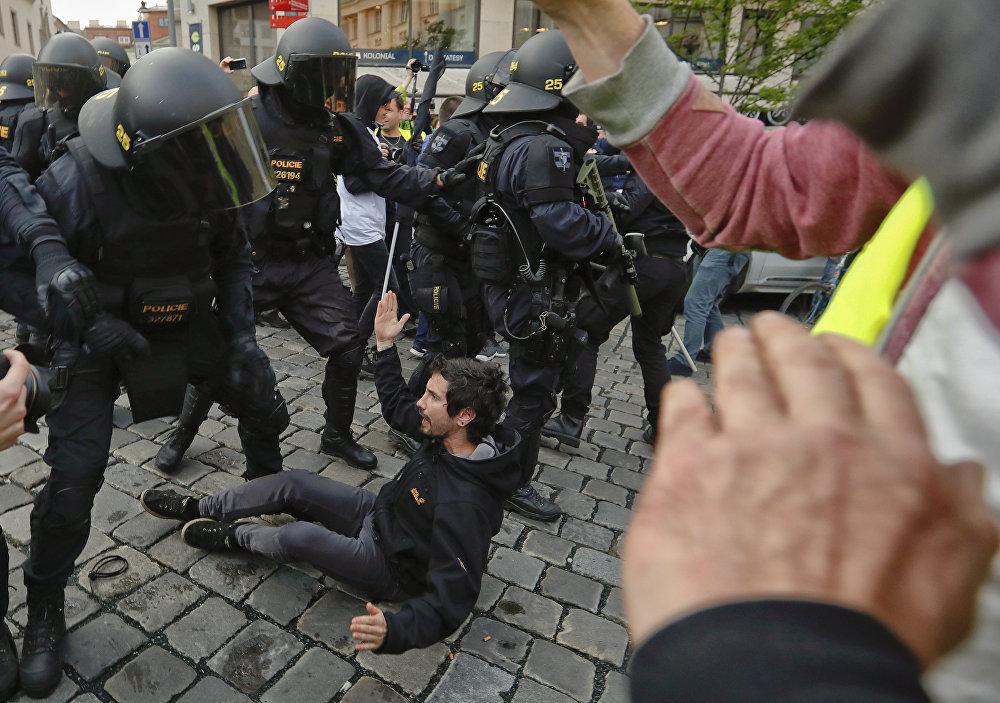 En la República Checa las fuerzas de seguridad tuvieron que intervenir en los eventos planificados para esta jornada para prevenir los enfrentamientos entre seguidores de la izquierda y la derecha del país