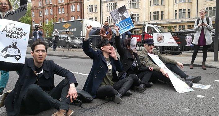 Partidarios de Julian Assange, fundador de WikiLeaks, cerca del juzgado de Westminster, Reino Unido