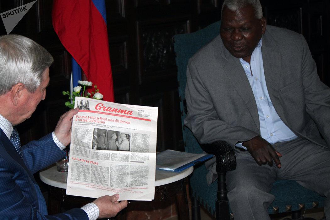 Melnikov revisa periódico cubano Granma donde se publica Premio Lenin a Raúl Castro