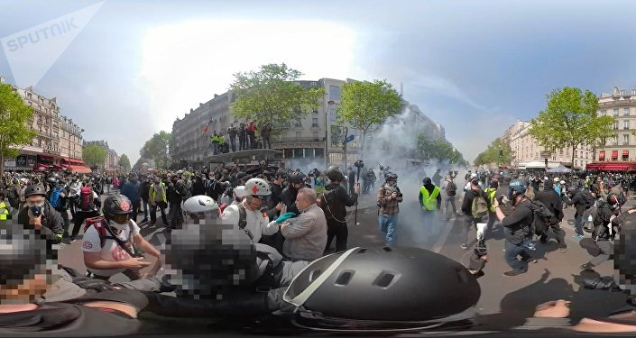 Una protesta violenta de los 'chalecos amarillos' vista con los ojos de Sputnik (vídeo 360º) grados)