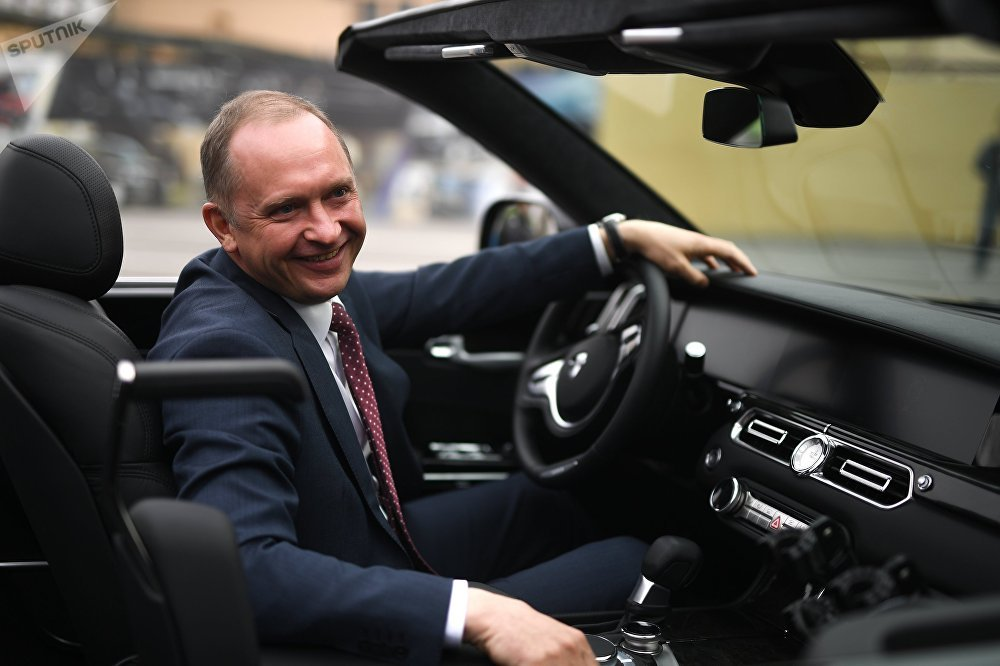 Alexandr Lébedev, director del proyecto del Aurus descapotable, enseña el vehículo a la prensa