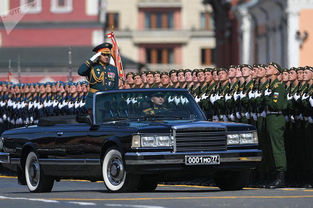 Serguéi Shoigú, ministro de Defensa de Rusia, durante el Desfile de la Victoria de 2019 a bordo de un clásico descapotable ZIL