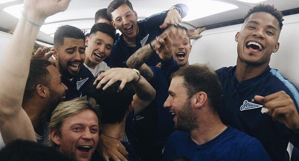 Zenit celebra la conquista de la liga rusa a 10.000 a bordo de un avión