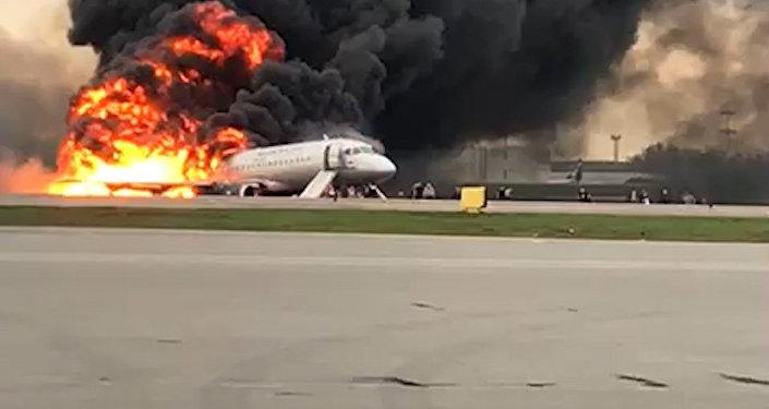 El momento exacto de la evacuación del avión en llamas en un aeropuerto de Moscú