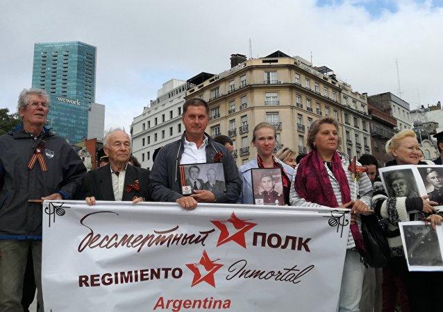 El embajador ruso en Argentina, Dmitri Feoktístov (centro), durante la Marcha del Regimiento Inmortal en Argentina por el 74 aniversario de la derrota del nazismo