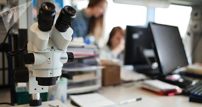 Un microscopio en un laboratorio de una universidad rusa