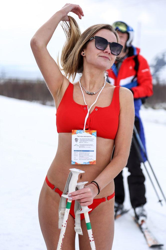 En bikini más allá del círculo polar: así se despiden los rusos de la temporada de esquí