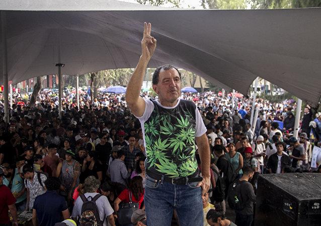 Alfonso Jesús García Pérez posa para foto en el evento de la Federación Mariguana Liberación