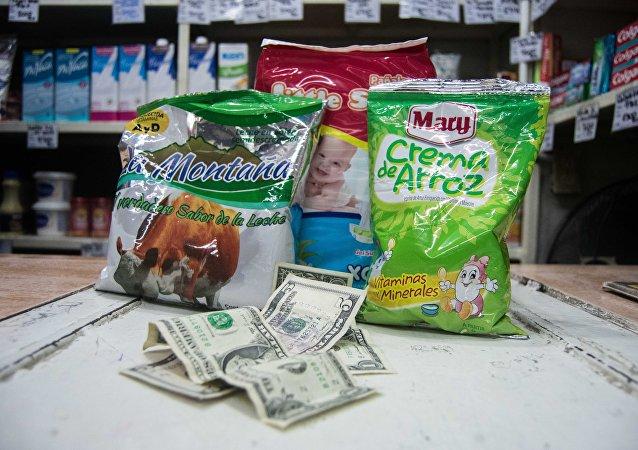 El salario mínimo en Venezuela es equivalente a 7 dólares, calculado a la tasa oficial de 5200 bolívares por dólar, en imágenes qué productos se pueden comprar pagando 7 dólares en un mercado popular del oeste de Caracas