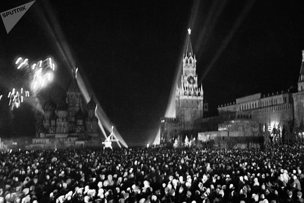 Fuegos artificiales en la Plaza Roja de Moscú con motivo del Día de la Victoria, el 9 de mayo de 1945.