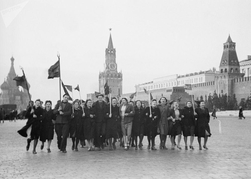 Según datos oficiales, las pérdidas de la URSS en la Gran Guerra Patria ascendieron a unos 26 millones de personas, entre ellas 8,7 millones de soldados y 13,7 millones de civiles en la zona de ocupación. En la foto: la mañana del 9 de mayo de 1945 en la Plaza Roja.