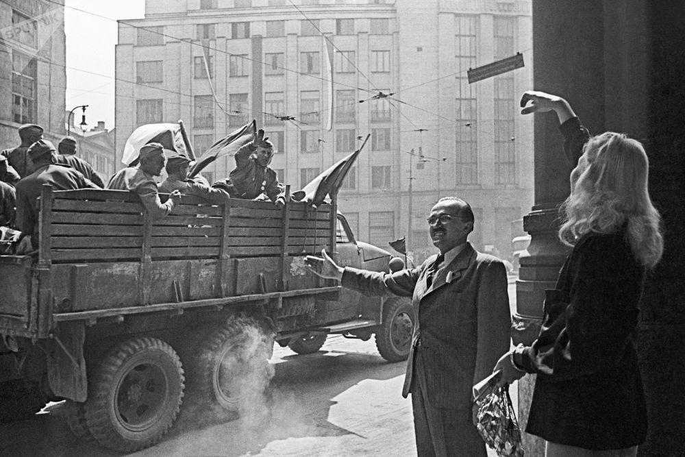 Los residentes de Praga saludan a los soldados soviéticos.