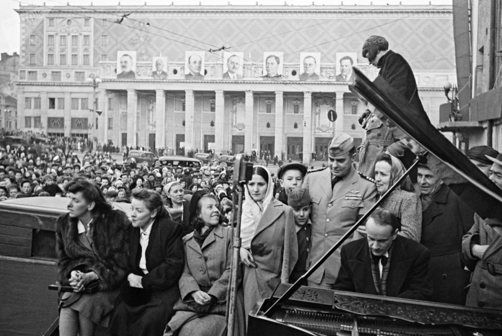 El pianista de la Filarmónica de Moscú Yuri Briushkov actúa en la plaza de Maiakovski, en la capital rusa, el 9 de mayo de 1945.