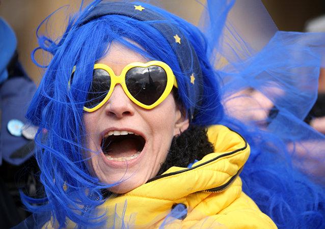 Una mujer con los símbolos de la UE