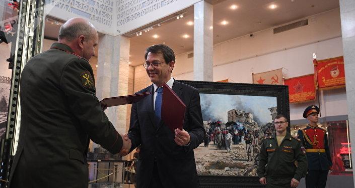 Víctor Miskovets, vicedirector de la Administración General Militar y Política de las Fuerzas Armadas de la Federación de Rusia, y el pintor español Augusto Ferrer-Dalmau Nieto