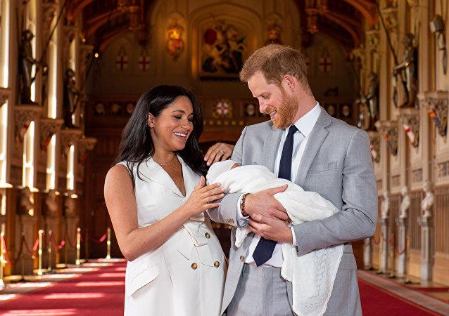 La duquesa y el duque de Sussex, Meghan Markle y el príncipe Enrique con su bebé