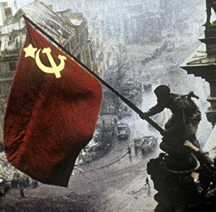 La bandera de la URSS sobre el Reichstag en Berlín (archivo)