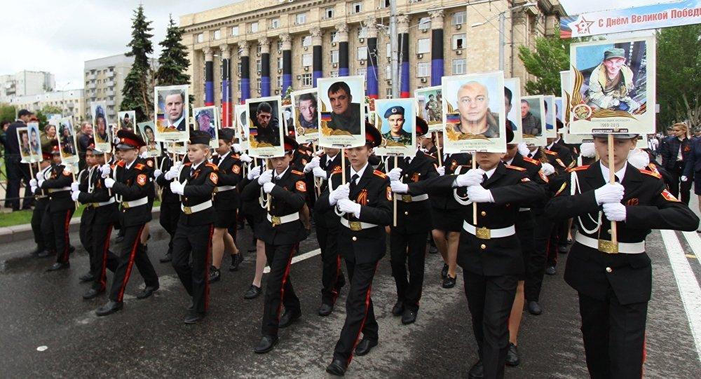 La marcha del Regimiento Inmortal en Donetsk