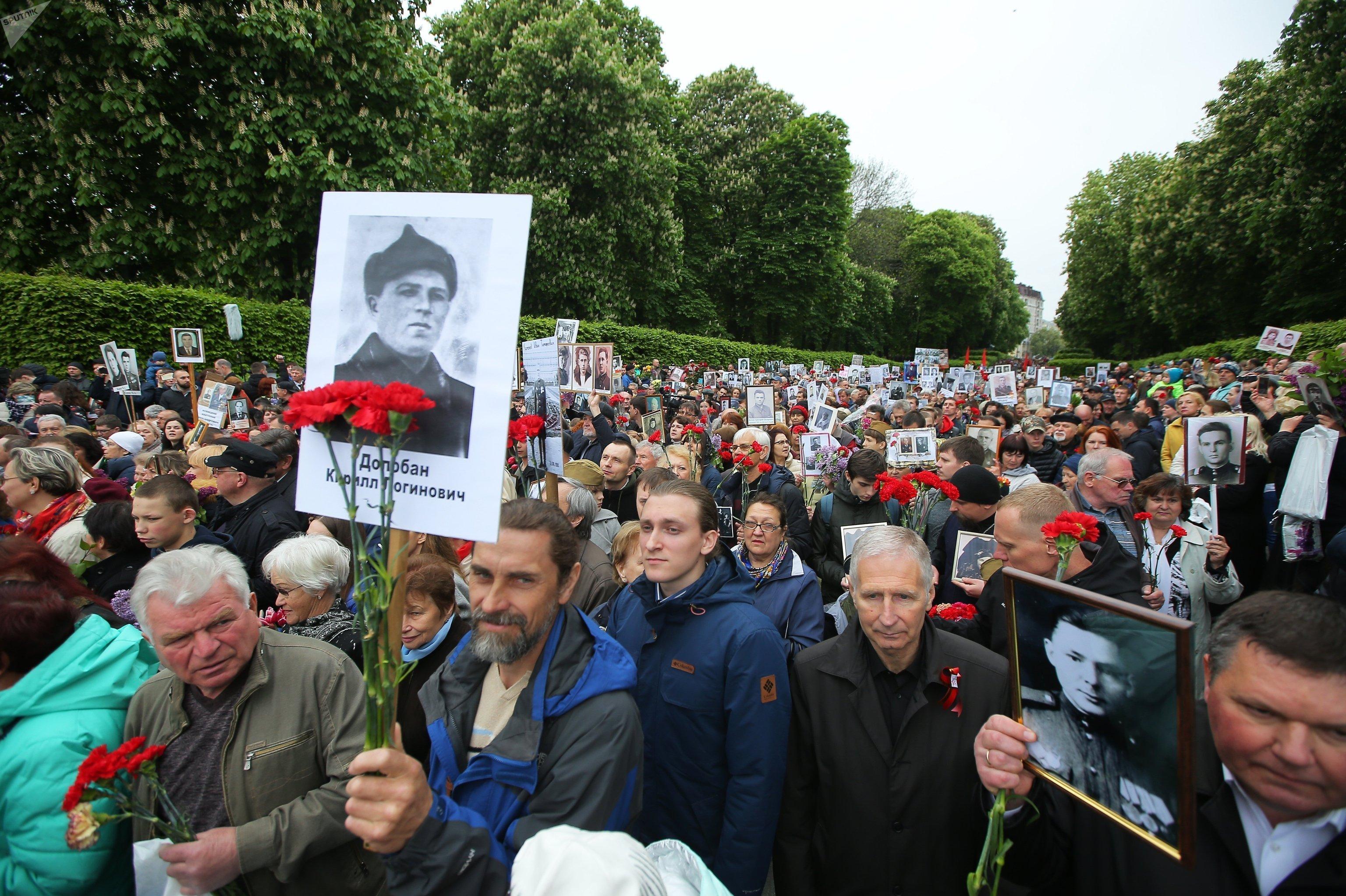 El Regimiento Inmortal en el parque de la victoria en Kiev