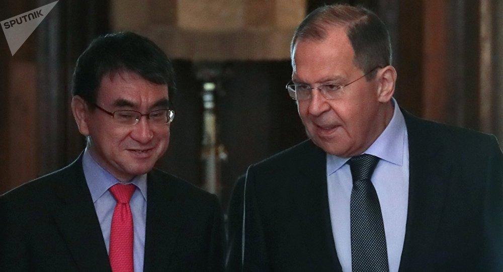 Los cancilleres de Japón, Taro Kono, y de Rusia, Serguéi Lavrov