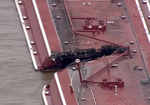 Dos barcazas colisionaron con un barco petrolero en un canal fluvial de Houston.