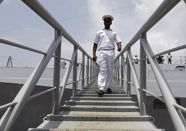 Un militar de la India desembarca de la nave INS Kolkata
