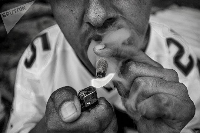 Ecatepec, Estado de México: Uno de los miembros de la pandilla Brown Pride prende un cigarrillo durante el séptimo aniversario