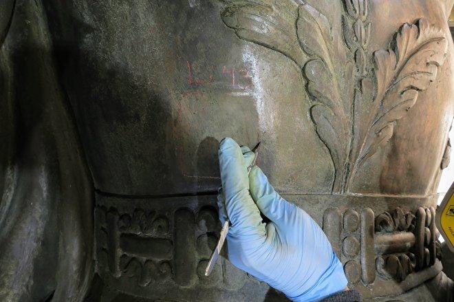 Ciudad de México: Elaboración de una de las 85 calas de limpieza que permitió determinar la presencia abundante de la capa pictórica de origen